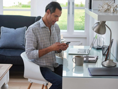 homem-olhando-celular-na-mesa1